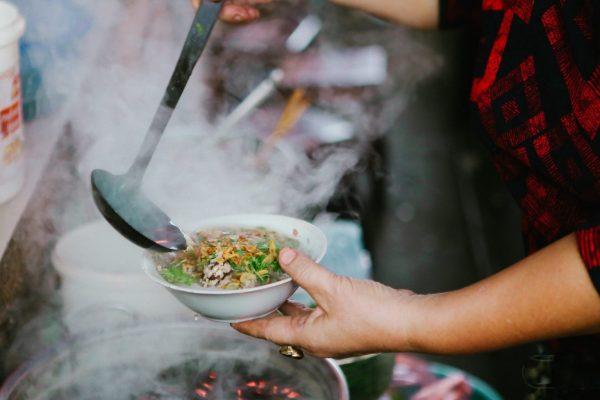 Khám phá ẩm thực ăn vặt giữa lòng Hà Nội vào ngày gió lạnh