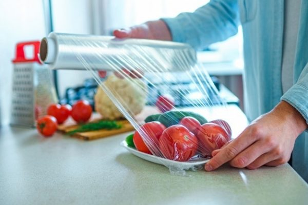 Màng bọc thực phẩm đa dụng là thế nhưng bạn đã biết cách sử dụng an toàn chưa